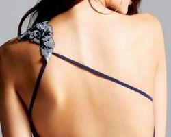 Robe de soirée courte avec une seule bretelle florale